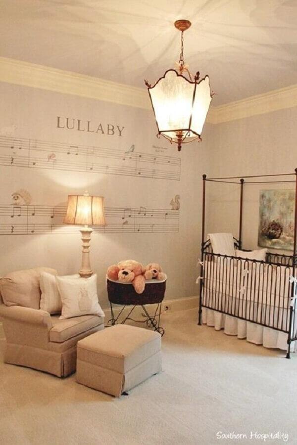 lustre para quarto de bebê decorado com papel de parede com notas musicais e berço de ferro Foto Decor Craze