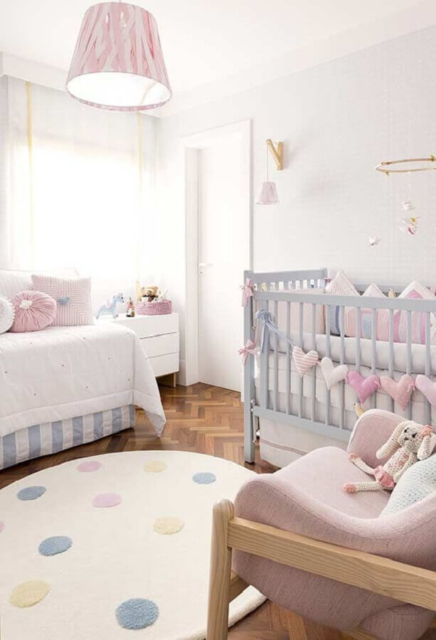 lustre para quarto de bebê decorado em tons pastéis Foto Pinterest