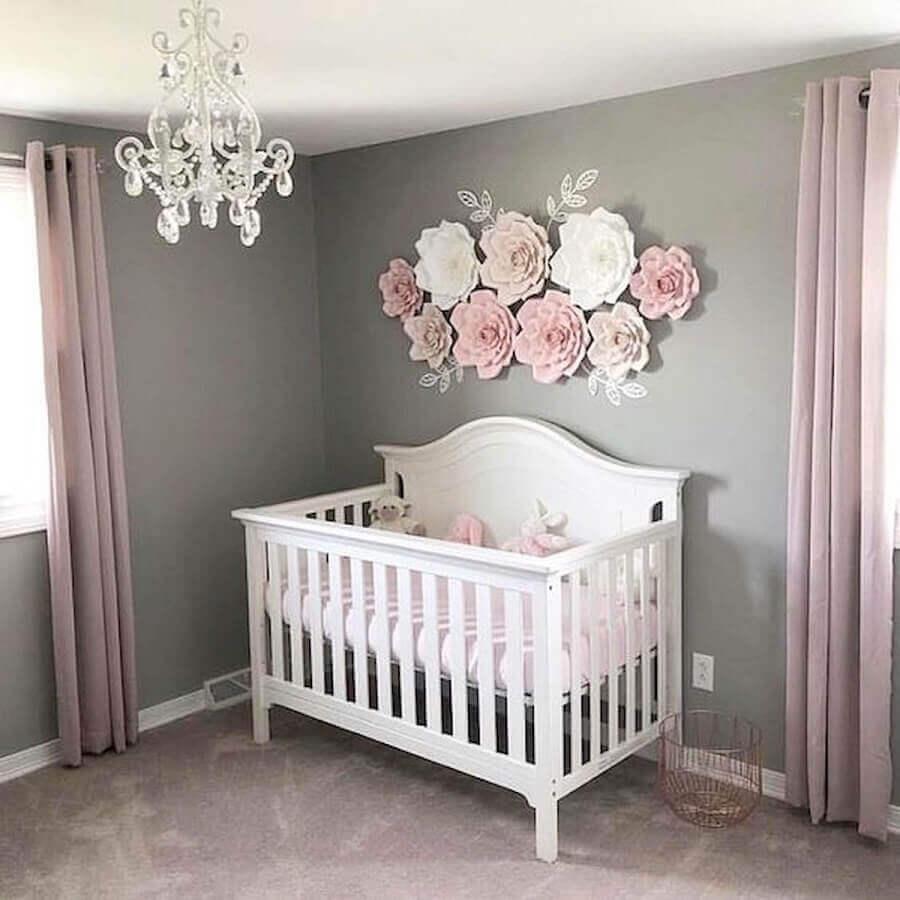 lustre para quarto de bebê feminino cinza e rosa decorado com flores de papel Foto CoachDecor
