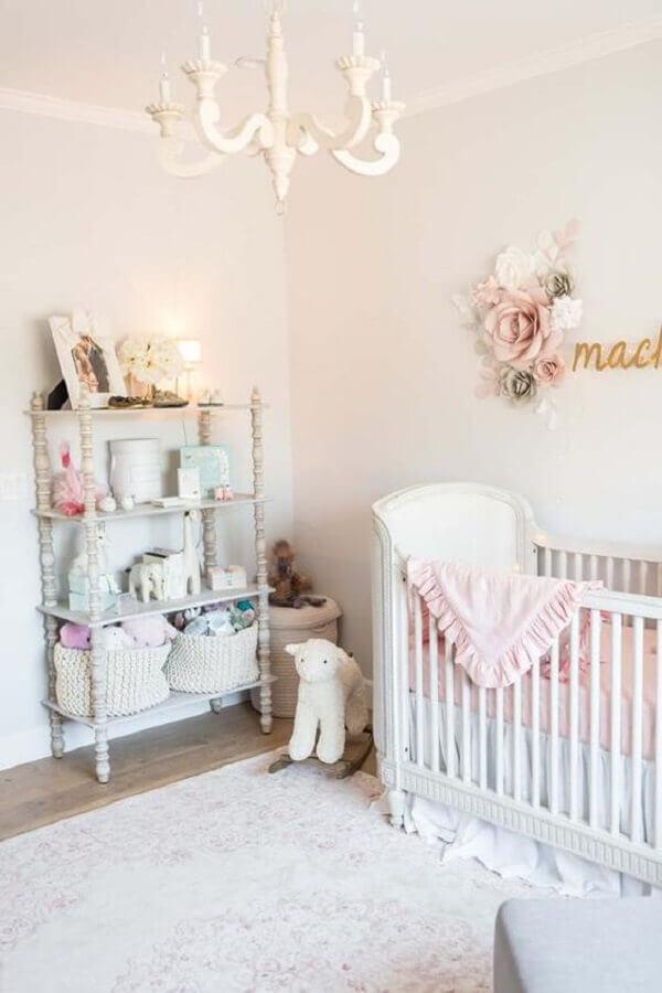 lustre para quarto de bebê feminino com decoração estilo clássico Foto Project Nursery