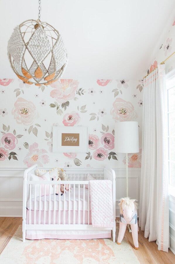 lustre para quarto de bebê feminino decorado em tons de rosa claro com papel de parede floral  Foto Vestida de Mãe