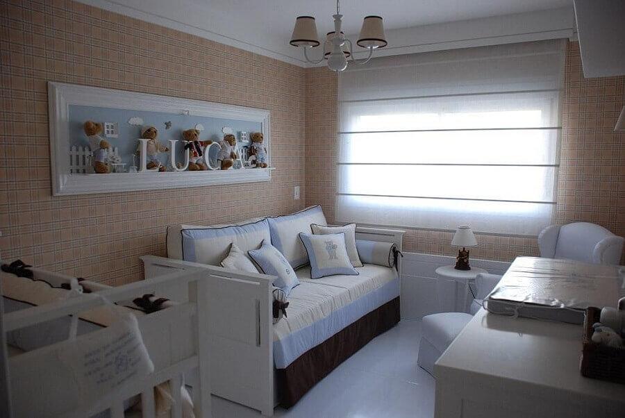 lustre para quarto de bebê masculino decorado com papel de parede xadrez Foto Karen Pisacane