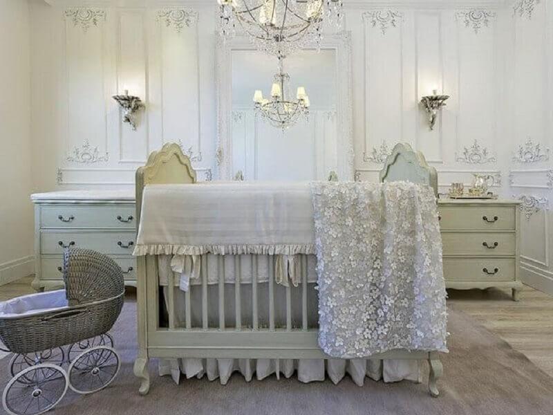 lustre para quarto de bebê todo branco com decoração provençal Foto Michele Luz