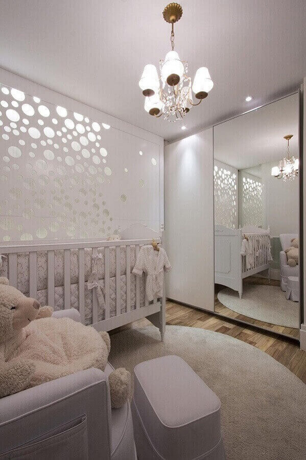 lustre para quarto de bebê todo branco decorado com adesivo de parede  Foto Daniella e Priscilla de Barros