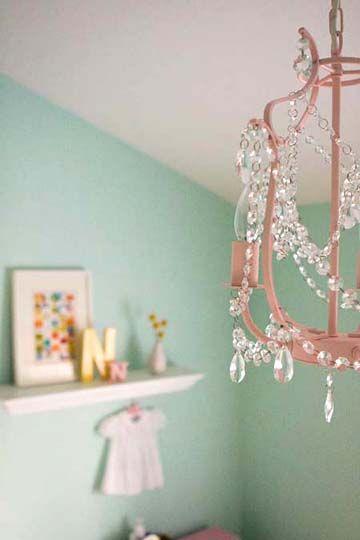 Lustre para quarto de bebê verde e rosa