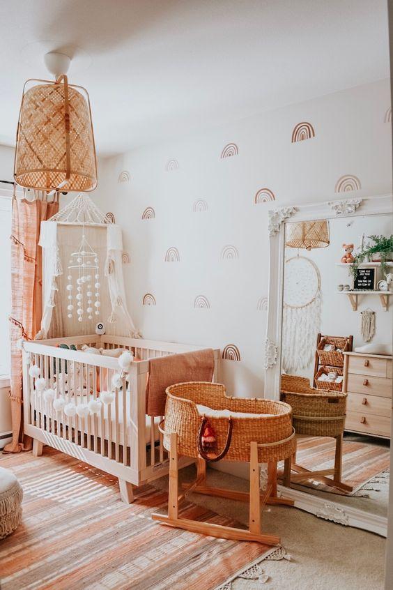 Lustre para quarto de bebê rústico com móveis em tons claros