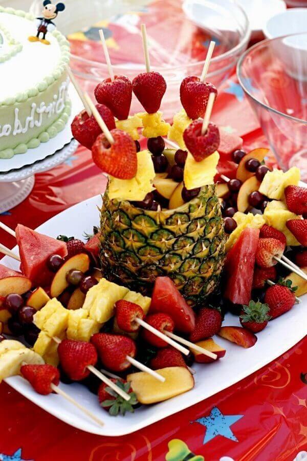 mesa de frutas decoradas com espetinhos de frutas dentro de abacaxi Foto Pinterest
