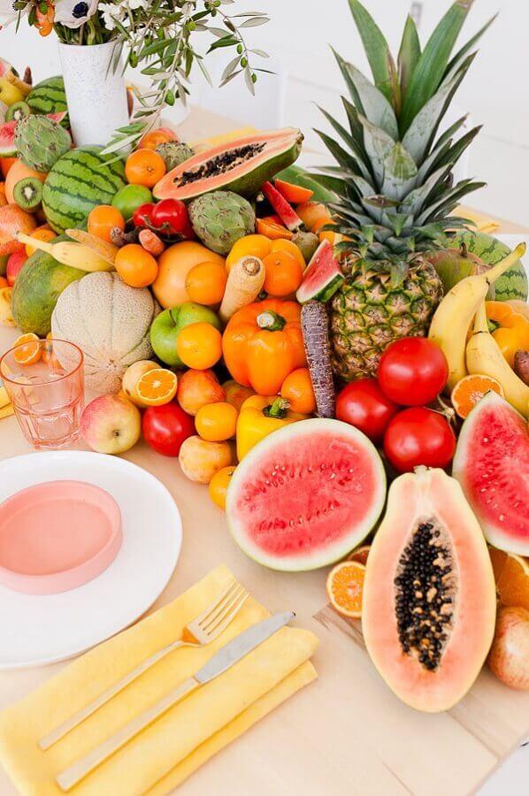 mesa de frutas para casamento com decoração delicada Foto Pinosy