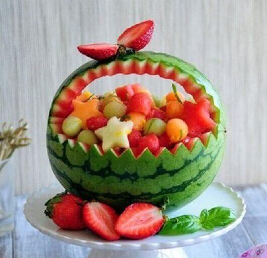 mesa de frutas para casamento com melancia como cesta e frutas cortadas em formato de estrela  Foto Pinterest