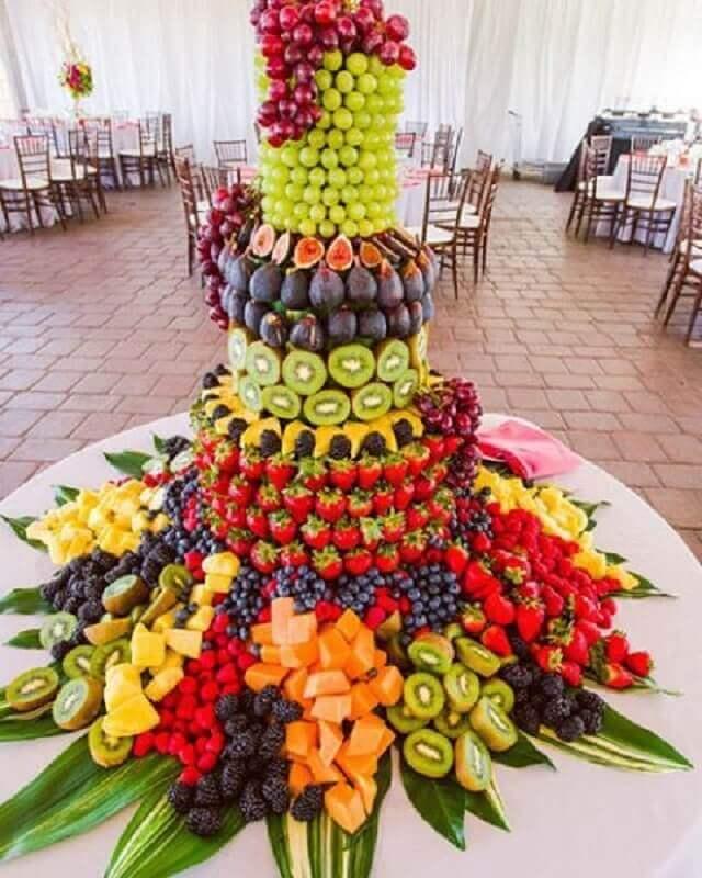 mesa de frutas para casamento com torre de frutas Foto Pinterest