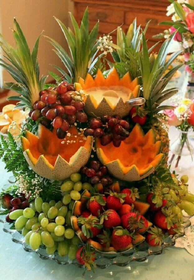 mesa de frutas para casamento decorada com prato de vidro e flores mosquitinhos Foto Pinosy