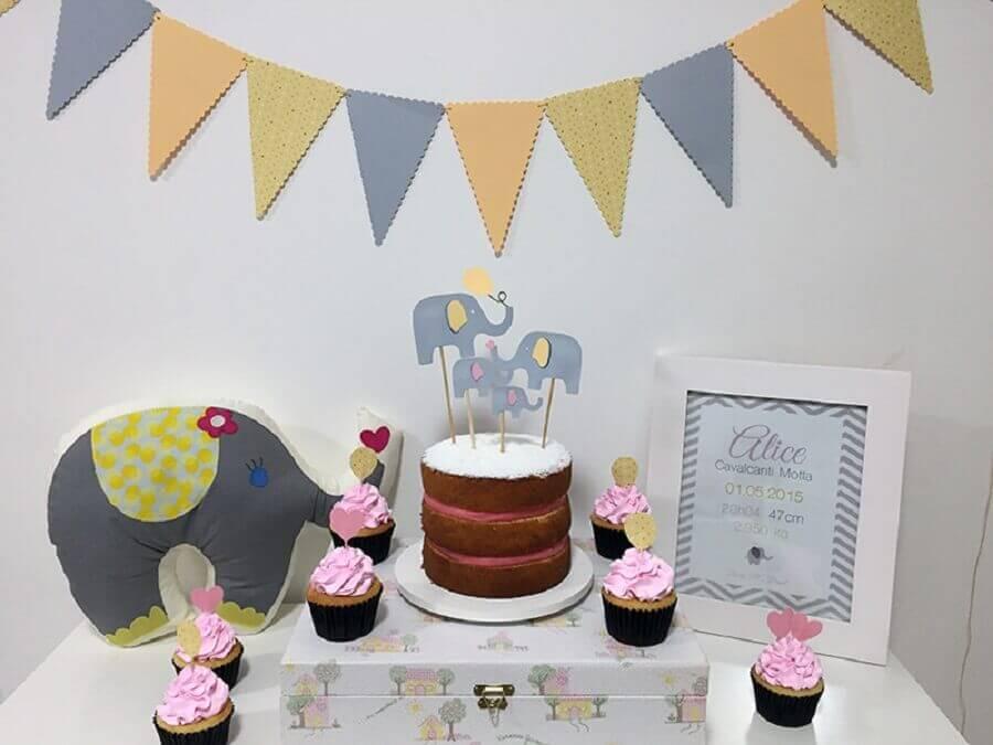 mesversário simples decorado com elefantinhos Foto iBabysite