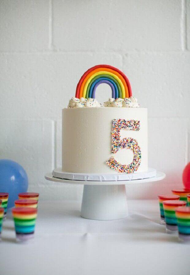 modelo de bolo mesversário decorado com arco-íris Foto Bloglovin