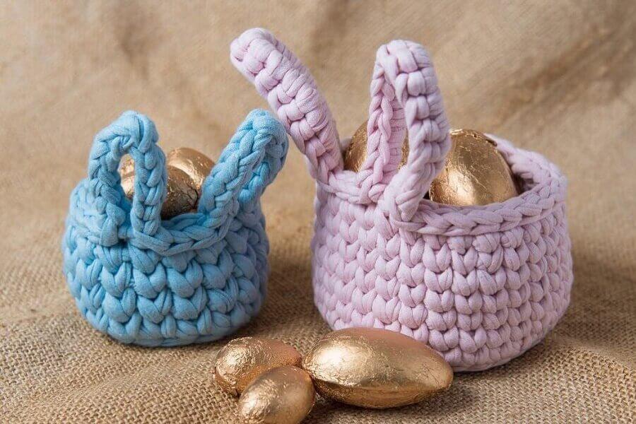 modelo de cesta de páscoa feita de crochê Foto Evelyn Naomi Handmade