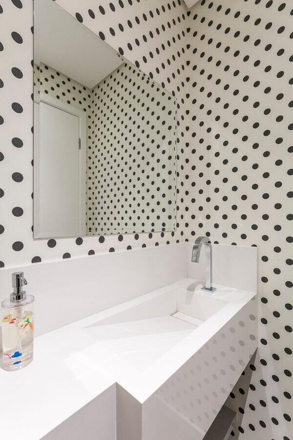 modelo de cuba para lavabo decorado com papel de parede de bolinhas pretas  Foto Idealizzare Arquitetos