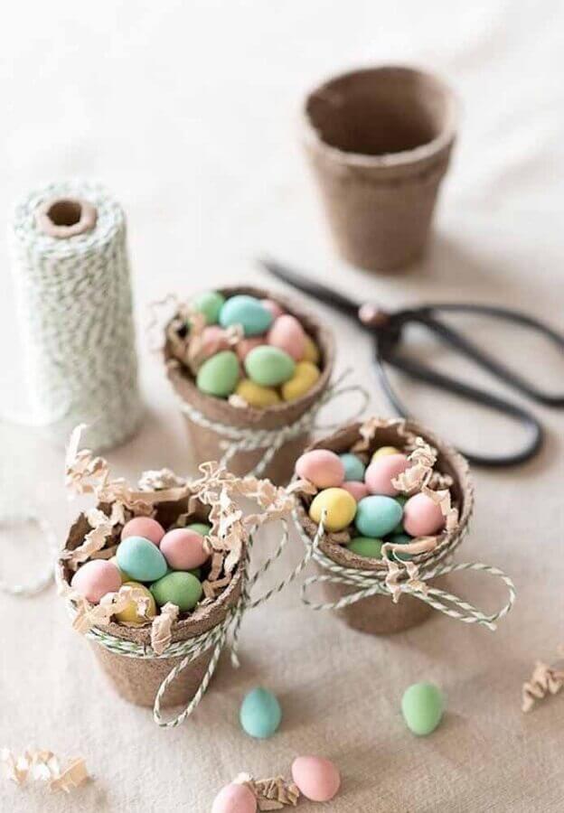 modelo de lembrancinha para páscoa com ovinhos coloridos dentro de pequeno vaso Foto Jillian Harris