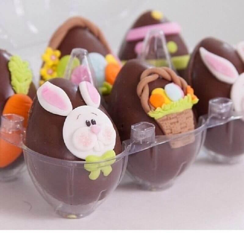 modelo de lembrancinha para páscoa com ovinhos de chocolate decorados Foto Pinosy