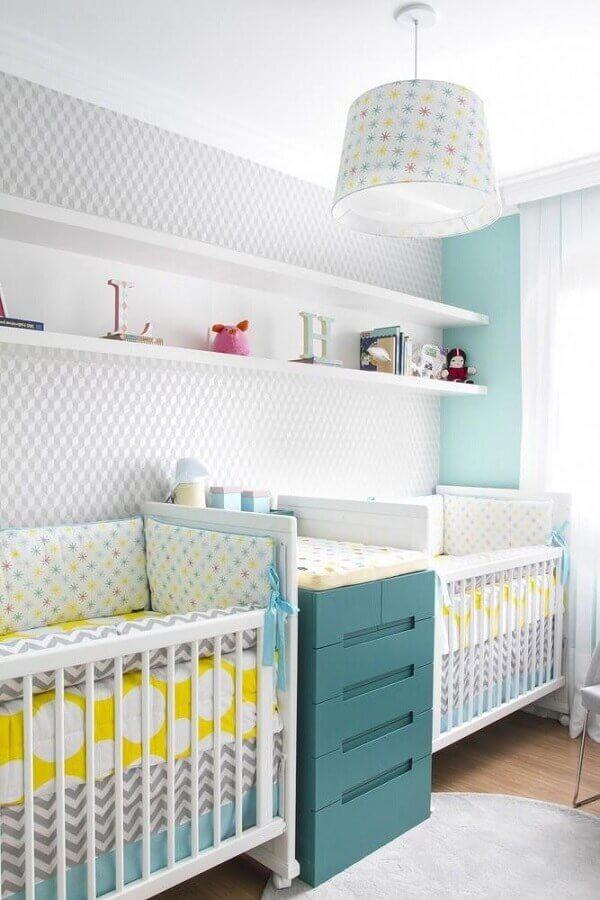 modelo de lustre para quarto de bebê decorado com papel de parede e com cômoda verde Foto Anna Maria Parisi