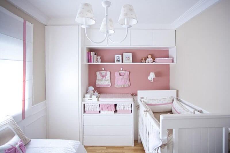 modelo de lustre para quarto de bebê feminino decorado em branco e rosa Foto Pinosy