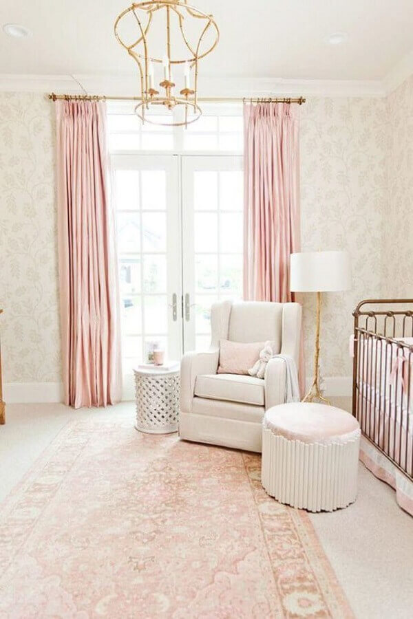 modelo de lustre para quarto de bebê feminino decorado em tons de rosa e com detalhes dourados  Foto Bria Hammel Interiors
