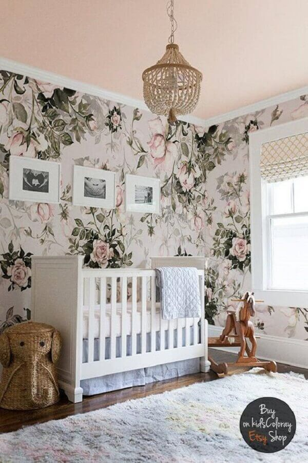 modelo rústico de lustre para quarto de bebê feminino com papel de parede floral e tapete cinza Foto Etsy