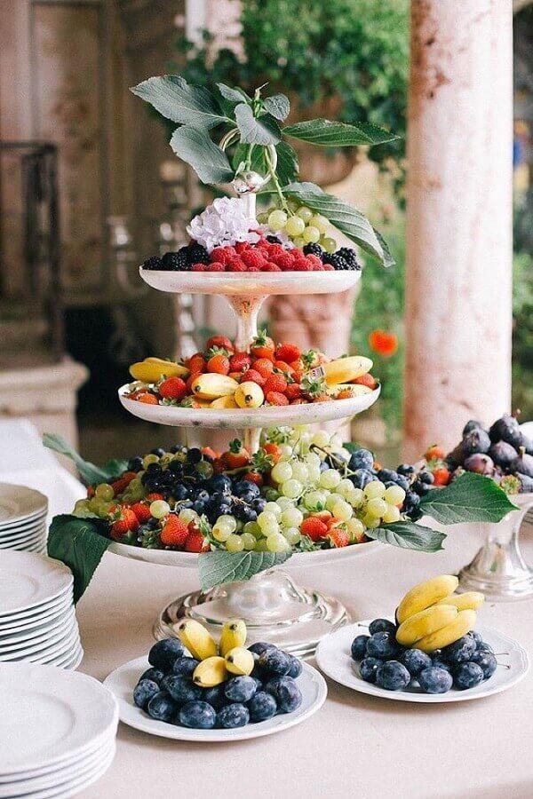 prato 3 andares para decoração de mesa de frutas para casamento Foto Weddbook