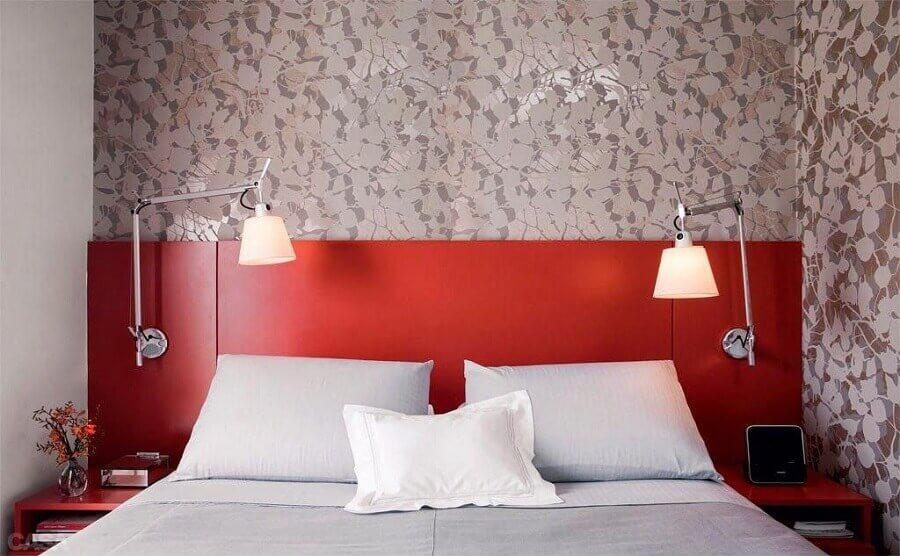 quarto decorado com papel de parede e cabeceira vermelha Foto Pinterest