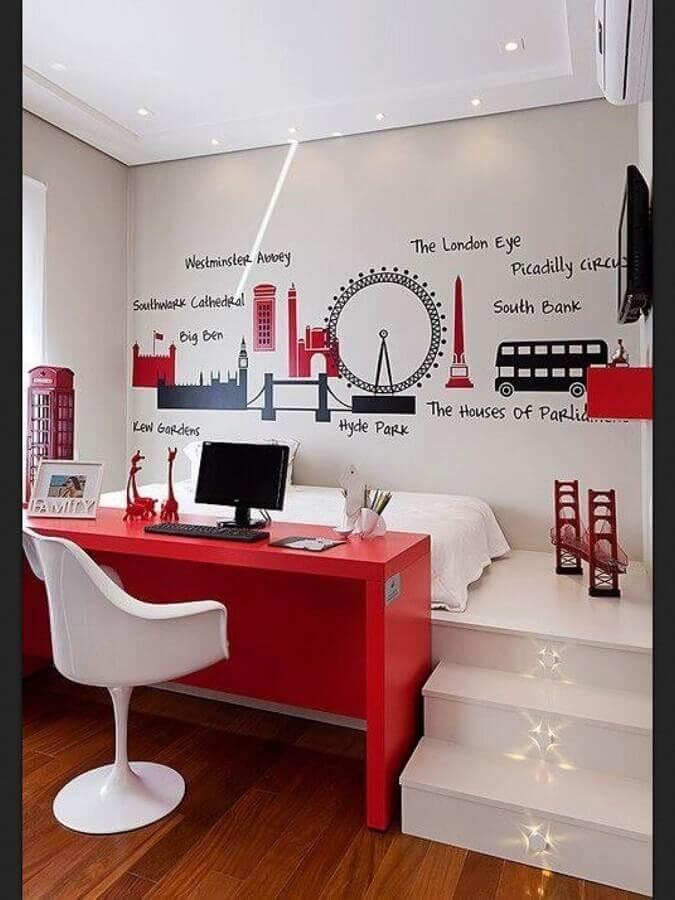 quarto vermelho e branco decorado com adesivos com desenhos de Londres Foto Lovingit