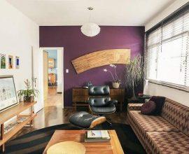 roxo em sala de estar com parede em destaque
