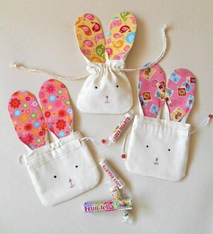 sacolinha de tecido decorada em formato de coelho para lembrancinhas de páscoa Foto Pinterest