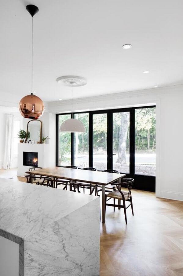 sala de jantar integrada com cozinha toda branca decorada com luminária redonda na cor cobre Foto Pinterest