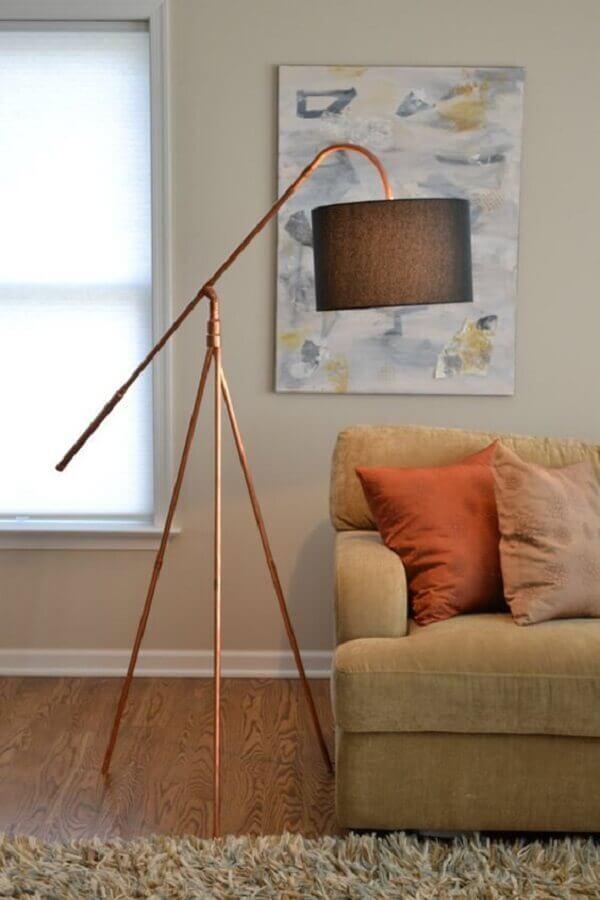 sala decorada com luminária de chão na cor cobre Foto Umeda Con