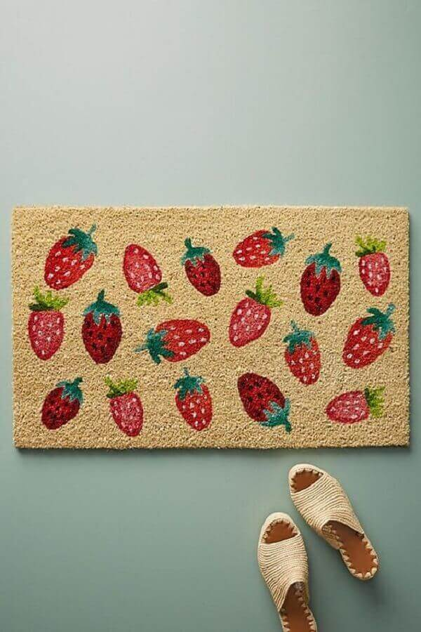 tapete capacho divertido com estampa de morangos Foto Anthropologie