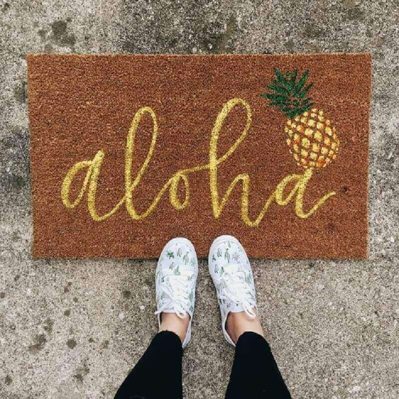 tapete capacho divertido escrito aloha com desenho de abacaxi Foto YellowHome