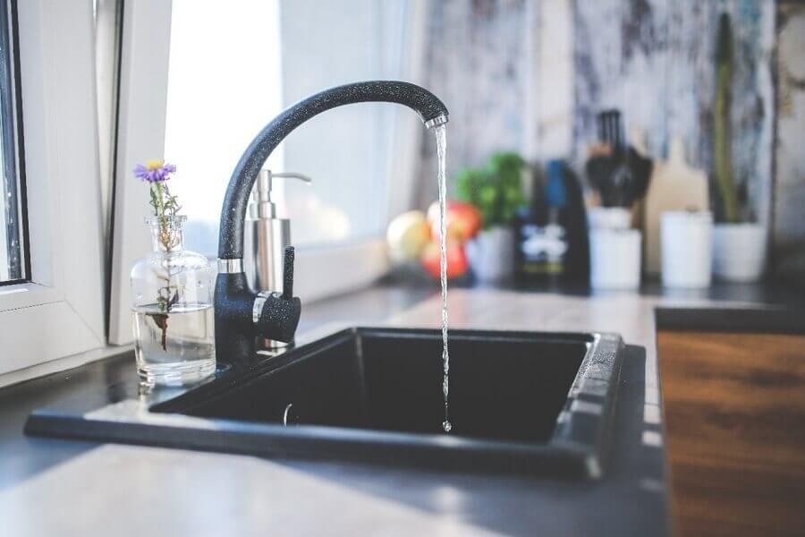 torneira de cozinha moderna preta