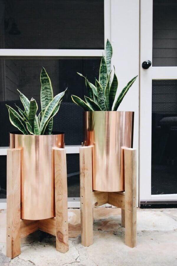 vasos de plantas na cor cobre com suporte em madeira Foto Pinterest