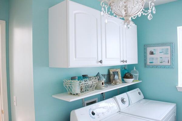 Lavanderia muito charmosa nas combinações de branco com azul turquesa