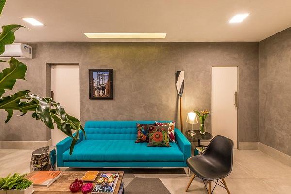 Sofá turquesa e almofadas coloridas