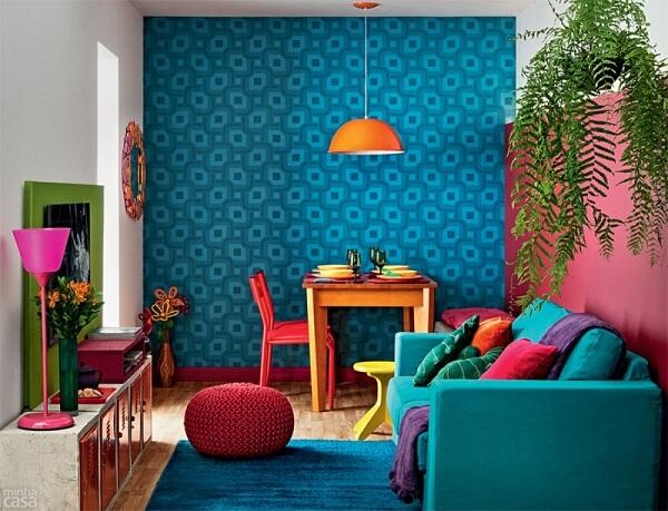 Sala de estar com papel de parede azul turquesa