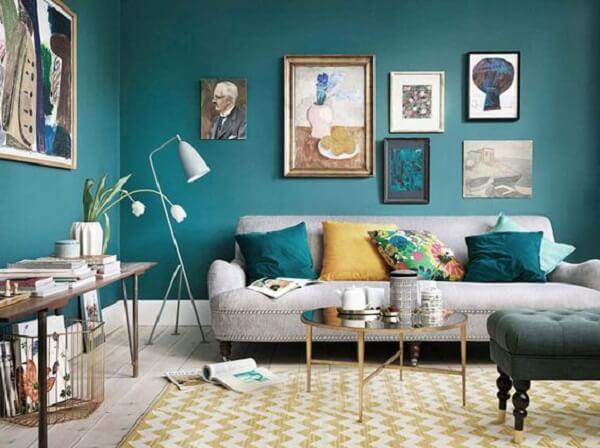Sala de estar cheia de charme mesclando os tons azul turquesa e amarelo