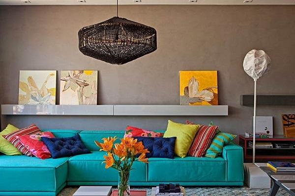 Sofá azul turquesa em ambiente neutro