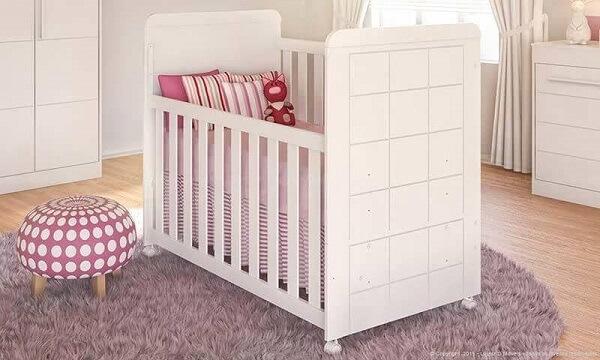Puff redondo para quarto de bebê com desenho de bolinhas