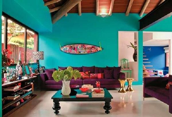 Sala de estar azul turquesa cheia de personalidade