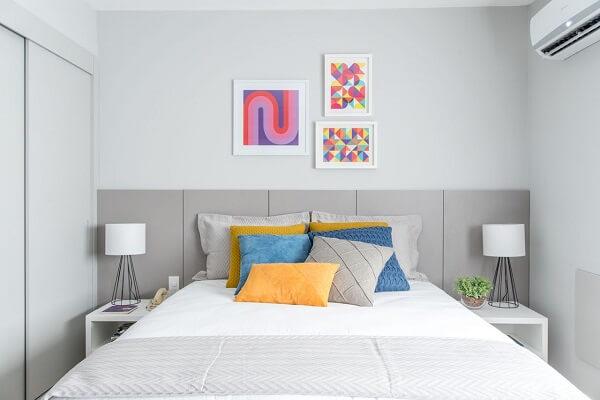 Parede e móveis brancos compõem a decoração de quarto de casal simples
