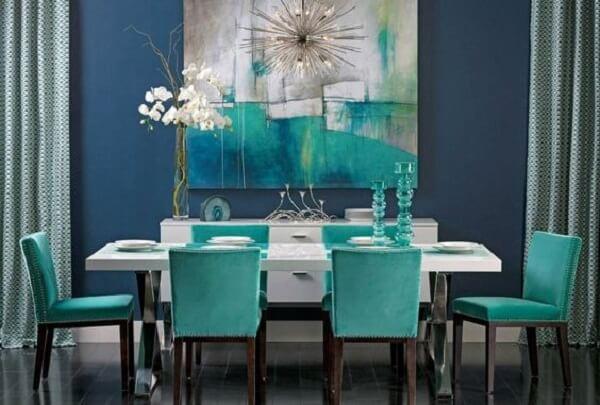 cadeiras na cor azul turquesa transmitem sofisticação na sala de estar