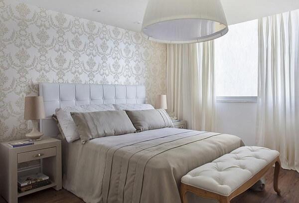 Decoração de quarto de casal simples em tons neutros