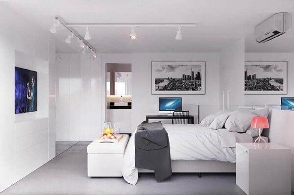 Decoração para quarto de casal todo branco com puff baú ao pé da cama