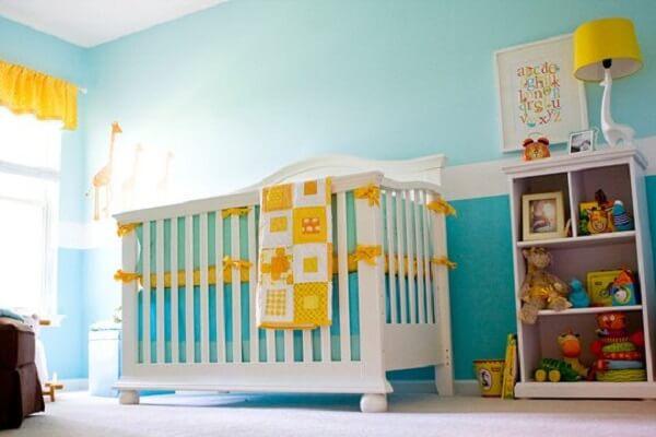 Combinação linda entre o azul turquesa e o amarelo nesse quarto de bebê