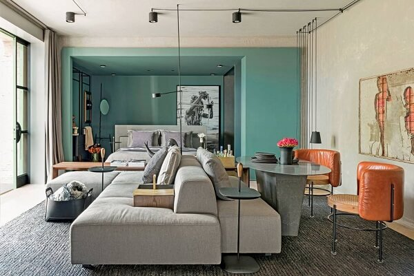 Conforto, otimização e sofisticação nesse ambiente com parede azul turquesa