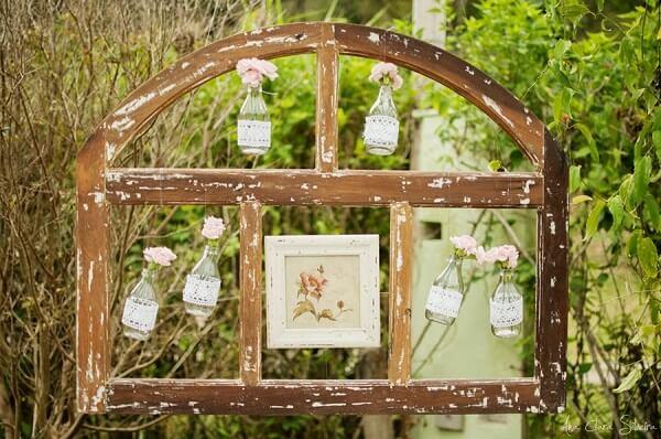 A moldura de uma janela pode compor a decoração vintage casamento